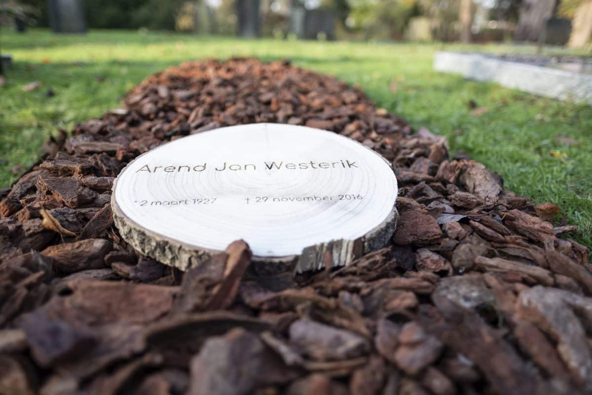 Boomschijf met inscriptie houten grafmarkering