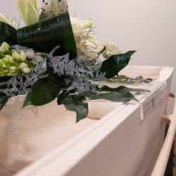 Transparant bloemenplateau voor op de grafkist