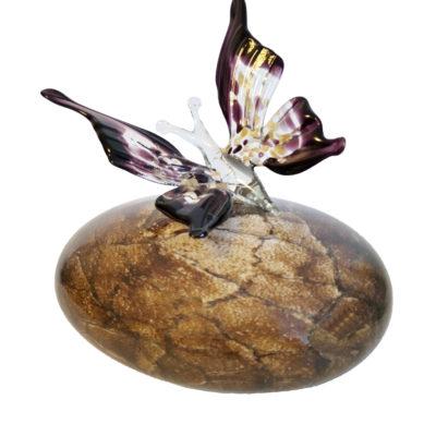 Asobject vlinder met steen